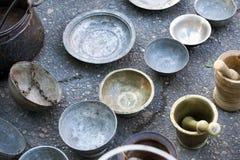 Antikviteten genomför redskap på räknare av loppmarknaden i Tbilisi georgia arkivfoton