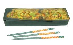 Antikviteten kritiserar blyertspennor med träasken arkivbild