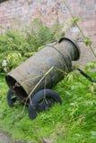 Antikviteten mjölkar den på engelska trädgården för mjölkkannan arkivbild