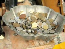 Antikviteten myntar till salu i en loppmarknad arkivbild