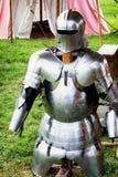 Antikviteten passar av armoren arkivbild