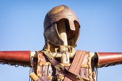 Antikviteten passar av armoren arkivfoton