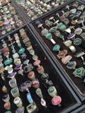 Antikviteten ringer med stenar på en marknad arkivfoton