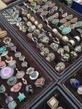 Antikviteten ringer med stenar på en marknad royaltyfri foto