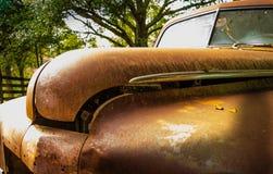 Antikviteten rostade bilen royaltyfri fotografi