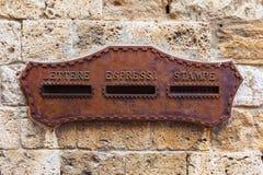 Antikviteten rostade brevlådan på ett hus i Italien arkivfoto