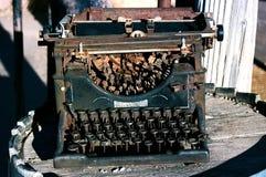 Antikviteten rostade skrivmaskinssammanträde på en trätrumma arkivfoto