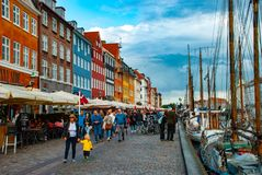 Antikviteten sänder i Nyhavn, Köpenhamnen, DK arkivfoto