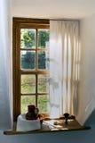 Antikviteten sörjer fönstret. arkivbild
