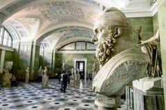 Antikviteten skulpterar i korridoren av Jupiter i eremitboningen Museu arkivbild