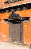 Antikviteten sned träportborggården av Kumari Bahal i Katmandu royaltyfri bild