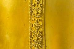 Antikviteten som snidas på guld- metallklocka royaltyfria bilder