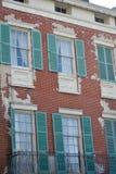 Antikviteten stänger med fönsterluckor gammal tegelsten arkivbilder