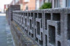 Antikviteten stenar väggen med modellen arkivfoton