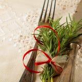 Antikviteten tappningbestick med rosmarin dekorerade på en tabell royaltyfri foto