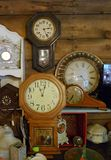 Antikviteten tar tid på, väggklockor, spiselkransklockor, samling arkivfoton