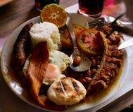 antioquia colombiaÂ的区域的Bandeja paisa tipical食物用豆香肠蛋猪肉 免版税库存照片