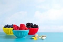 Antioxidantes em umas bacias e em uns comprimidos Imagem de Stock Royalty Free