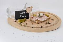 Antipasta drewniany talerz z charcuterie i winem zdjęcie stock