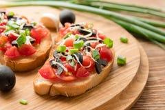 Antipasta italiano en el baguette cortado curruscante con las verduras Fotos de archivo