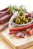 Antipasti με το σαλάμι και τις ελιές Στοκ Εικόνα