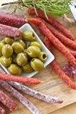 Antipasti με το σαλάμι και τις ελιές Στοκ Εικόνες