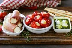 Antipasti ορεκτικών που γίνεται ιταλικό το πιάτο - ζαμπόν, τυρί Στοκ Εικόνες