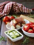Antipasti ορεκτικών που γίνεται ιταλικό το πιάτο - ζαμπόν, τυρί Στοκ φωτογραφίες με δικαίωμα ελεύθερης χρήσης