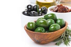 Antipasti - aceitunas, salmueras, aceite de oliva, romero fresco Fotos de archivo libres de regalías