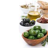 Antipasti clasificados - aceitunas, salmueras, aceite de oliva, romero fresco Imagenes de archivo