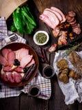 Antipasti e vassoio di approvvigionamento con differenti prodotti a base di carne Fotografie Stock