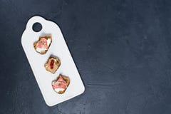 Antipasti italiani con pat?, Parma e salame su pane tostato fotografie stock libere da diritti