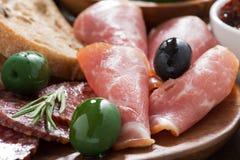 antipasti italianos clasificados - carnes, aceitunas y ciabatta de la tienda de delicatessen Foto de archivo libre de regalías