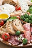 Antipasti italianos clasificados - carnes de la tienda de delicatessen, queso fresco, aceitunas Imagen de archivo
