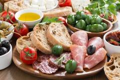 Antipasti italianos clasificados - carnes de la tienda de delicatessen, queso fresco y aceitunas Foto de archivo libre de regalías