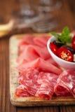 Antipasti półmisek Leczę mięso, jamon, oliwki, kiełbasa, salam Obraz Royalty Free