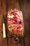 Antipasti półmisek Leczę mięso, jamon, oliwki, kiełbasa, salam Fotografia Royalty Free