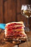Antipasti-Servierplatte von Cured Fleisch, jamon, Oliven, Wurst, salam Lizenzfreie Stockbilder