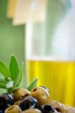 Antipasti - verdi ed olive nere e olio d'oliva Immagini Stock