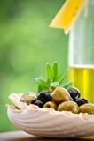Antipasti - verdi ed olive nere e olio d'oliva fotografia stock