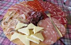 Antipastischotel met fijne vleeswaren Stock Fotografie