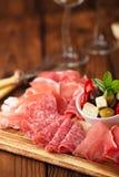 Antipastiuppläggningsfat av Cured kött, jamon, oliv, korv, salam Royaltyfria Foton