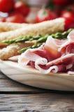 Antipasto με το ζαμπόν και το πράσινο σπαράγγι Στοκ Εικόνες