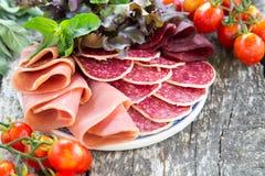 Antipasto με το ζαμπόν, το σαλάμι και το bresaola Ντομάτα και βασιλικός selec Στοκ φωτογραφία με δικαίωμα ελεύθερης χρήσης