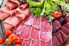 Antipasto με το ζαμπόν, το σαλάμι και το bresaola Ντομάτα και βασιλικός selec Στοκ εικόνα με δικαίωμα ελεύθερης χρήσης
