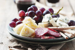 Antipasto με το τυρί, το λουκάνικο και το σταφύλι Στοκ εικόνα με δικαίωμα ελεύθερης χρήσης