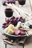 Antipasto με το τυρί, το λουκάνικο και το σταφύλι Στοκ Εικόνες