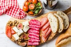 Antipasto Πίνακας ελιών με το σαλάμι, το serrano ζαμπόν, το τυρί, τα καρύδια και το ψωμί ciabatta Στοκ Εικόνες