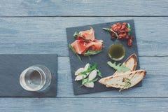 Antipasto πιατελών τομέα εστιάσεως με το prosciutto και τη μοτσαρέλα Στοκ εικόνα με δικαίωμα ελεύθερης χρήσης