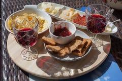 Antipasto της μαρμελάδας, του σαλαμιού, του τυριού, των πατατών και του κόκκινου κρασιού Στοκ εικόνες με δικαίωμα ελεύθερης χρήσης